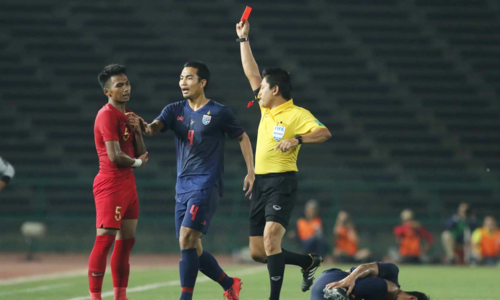 Trọng tài Hiền Triết rút thẻ đuổi cầu thủ Indonesia ở phút cuối trận. Ảnh: Anh Giang.