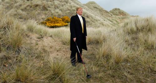 Trump đứng trên một sân golf của ông ở Scotland, năm 2010.