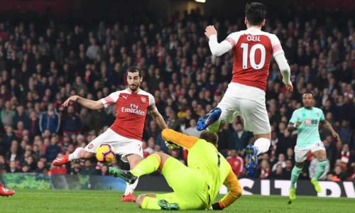 Mkhitaryan và Ozil ghi dấu giày vào bốn bàn của Arsenal. Ảnh:AFP.