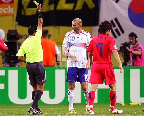 Sự ức chế của Zidane trong trận đấu với Hàn Quốc ở World Cup 2006 vô tình giúp Bundesliga một câu chuyện để làm truyền thông. Ảnh: ISI.