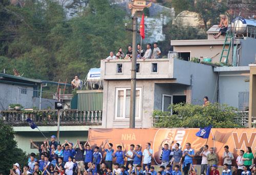 CĐV Quảng Ninh ngồi trên nhà cao tầng xem bóng đá. Ảnh: Lâm Thỏa