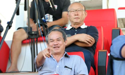 Bầu Đức có mặt trên khán đài sân Pleiku xem bóng đá cùng HLV Park Hang-seo. Ảnh: Đức Đồng.