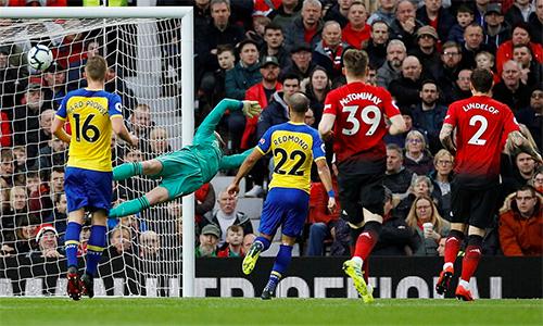 De Gea trong tình huống bị Valery làm tung lưới ở hiệp một.