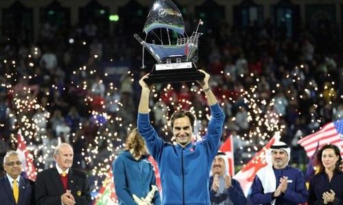 Federer nâng Cup vô địch Dubai Championships 2019. Ảnh: Reuters.