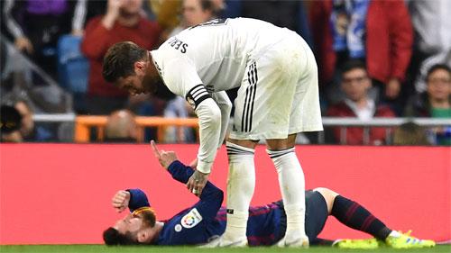 Trọng tài không phạt Ramos trong pha đánh mặt Messi.