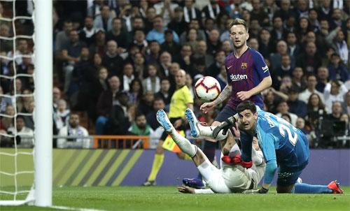 Ramos và Courtois đều bất lực trước cú tâng bóng của Rakitic. Ảnh: Reuters