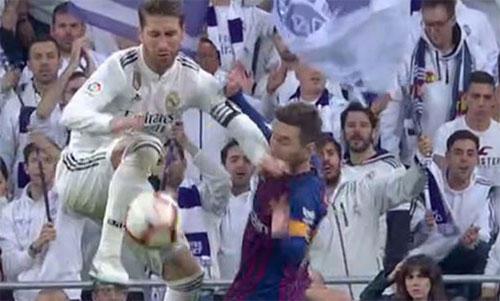 Ramos vung tay sang hẳn bên trái, dù tâm điểm của pha phá bóng ở trước mặt.