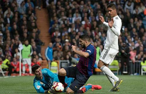 Luis Suarez chưa thể có bàn thứ sáu vào lưới Real mùa này.
