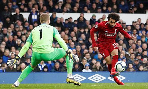 Salah (phải) kéo dài chuỗi trận tịt ngòi lên con số ba. Ảnh: Reuters.