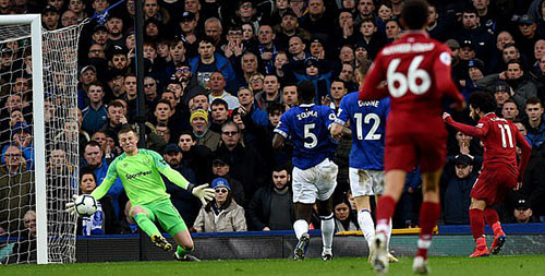 Salah (số 11) bỏ lỡ cơ hội ngon ăn nhất trận khi không thắng được Pickford trong tình huống đối mặt giữa hiệp một. Ảnh: LFC.
