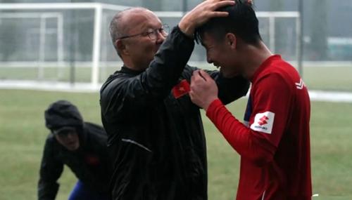 HLV Park Hang-seo luôn cư xử ân cần và quan tâm tới cầu thủ như thể những thành viên trong một gia đình.