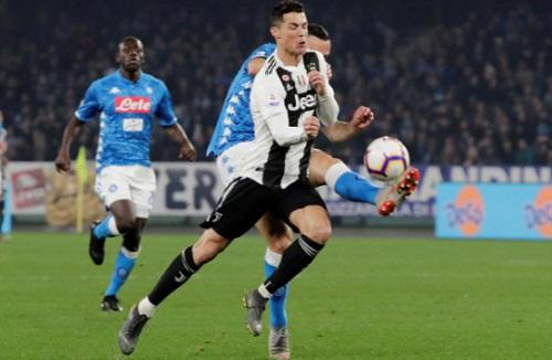 Ronaldo mờ nhạt trước sự kèm cặp của các hậu vệ Napoli. Ảnh: Reuters.