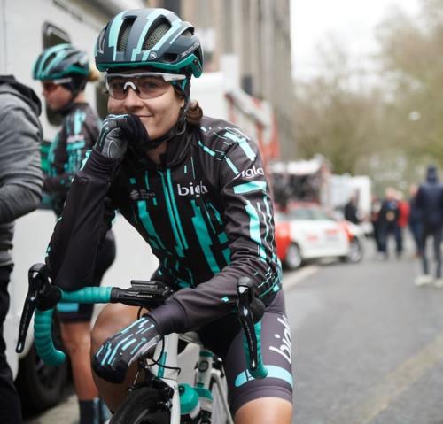 Hanselmann bị mất hứng sau khi phải dừng cuộc đua và bị các cua-rơ nữ khác bắt kịp. Ảnh: Instagram / Nicole Hanselmann.