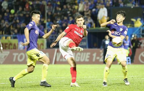 Dyachenko (áo đỏ) tái hợp Quảng Ninh sau một mùa chơi bóng ở Mỹ.