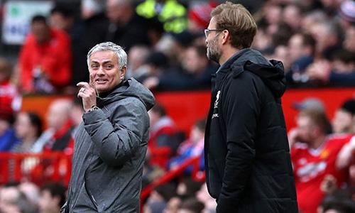 Mourinho (trái) cho rằng Liverpool chỉ có thể tự trách khi mất đỉnh bảng vào tay Man City. Ảnh: PA.