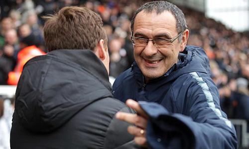 Sarri (phải) còn nguyên cơ hội bắt kịp vị trí thứ ba của Tottenham. Ảnh: Reuters.