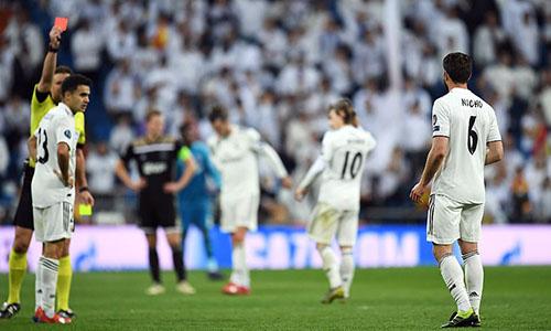 Nacho (số 6) nhận thẻ đỏ trong phút bù giờ ở trận thua Ajax. Ảnh: EPA.