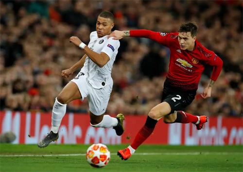Mbappe là khác biệt lớn giúp PSG thắng 2-0 tại Old Trafford ở lượt đi. Ảnh: Reuters.