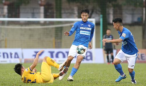 Quảng Ninh (áo xanh) giànhchiến thắng đầu tiên sau ba vòng V-League 2019. Ảnh: Lâm Thoả.