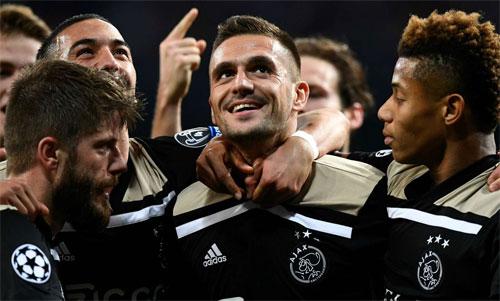 Tadic (giữa) đóng vai người hùng trong chiến thắng thuyết phục của Ajax. Ảnh: Reuters