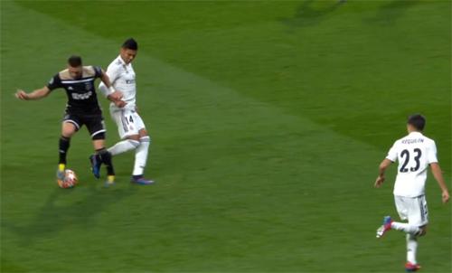 Tadic (áo đen) loại bỏ Casemiro bằng cú xoay người.