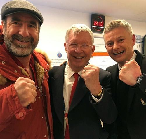 Cantona (trái) và Alex Ferguson (giữa) đã tới sân Công viên các hoàng tử tiếp lửa cho thầy trò Solskjaer. Ảnh: MUFC.