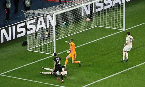 Di Maria lốp bóng qua đầu De Gea, tung lưới Man Utd, nhưng bàn thắng không được công nhận. Ảnh: BT Sport.