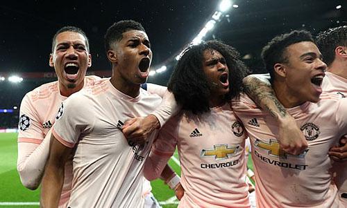 Niềm vui của cầu thủ Man Utd sau chiến thắng nghẹt thở trên sân khách. Ảnh: DM.