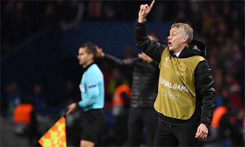 Solskjaer phải mặc áo bib để các cầu thủ trong sân và trọng tài không bị nhầm lẫn. Ảnh: UEFA.