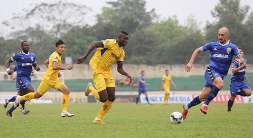 Olaha ghi dấu ấn trong cả hai bàn thắng của SLNA vào lưới Bình Dương. Ảnh:Trần Trung