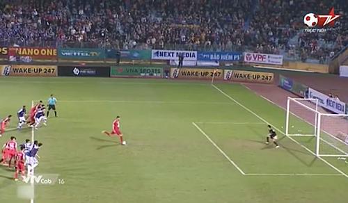 Thủ môn Văn Công lao lên phía trước và cầu thủ hai đội xâm nhập vòng cấm trước khiJoan Paulo chạm bóng. Ảnh: Chụp màn hình.