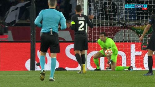 Sai lầm của Buffon khi quyết định bắt dính bóng.