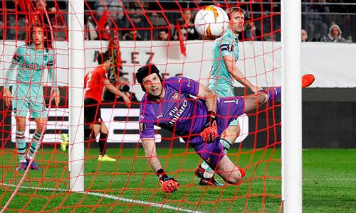 Tình huống phản lưới giữa hiệp hai của Monreal, khiến Arsenal bị dẫn ngược 1-2. Ảnh: Reuters.