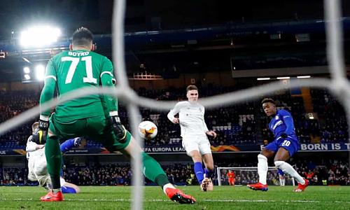 CallumHudson-Odoi ghi bàn ấn định chiến thắng cho Chelsea. Ảnh:Reuters.