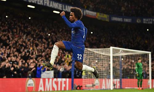 Willian ghi bàn đẹp mắt trên chấm đá phạt. Ảnh:Reuters.