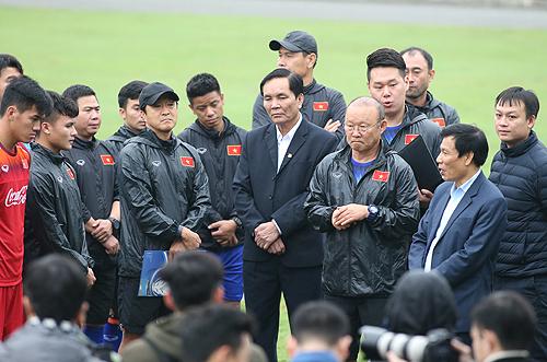 Bộ trưởng Nguyễn Ngọc Thiện trò chuyện cùng thầy trò HLV Park Hang-seo tại Trung tâm đào tạo trẻ VFF sáng 8/3. Ảnh: Lâm Thỏa
