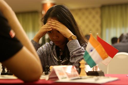 Nữ kỳ thủ Nandhidhaa hưởng lợi từ sai lầm không thể tha thứ của đối thủ.