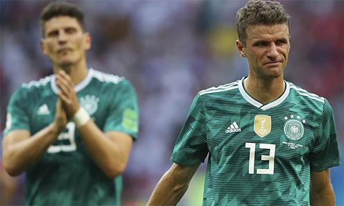 Muller (phải) uất ức khi bị buộc phải rời tuyển Đức ở tuổi 29. Ảnh: Reuters.