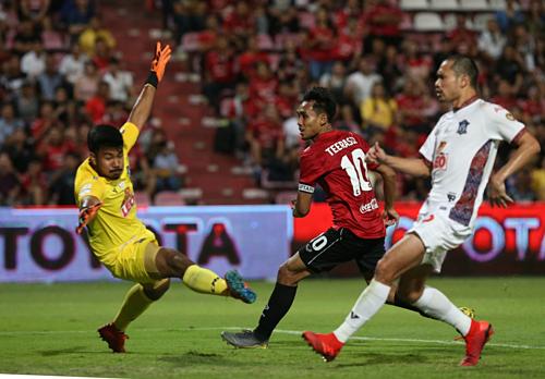 Dangda (áo đỏ) mở tỷ số cho Muangthong.