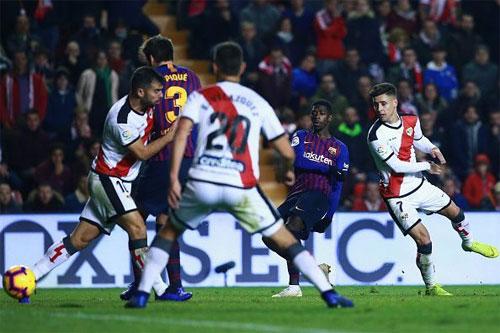 Rayo (áo trắng) không có cùng đẳng cấp với Barca. Ảnh: Reuters