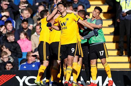 Niềm vui của cầu thủ Wolves sau bàn thắng của Jimenez (số 9). Ảnh: Reuters.
