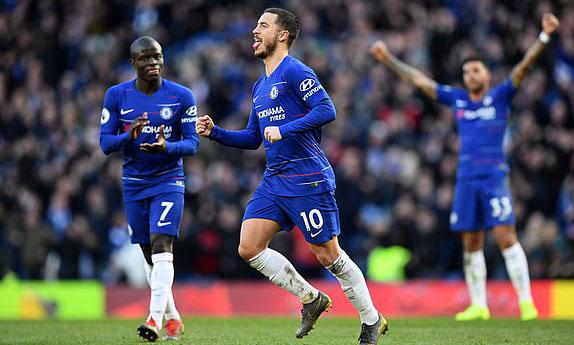 Hazard (số 10) chứng tỏ phẩm chất ngôi sao khi giành lại một điểm cho Chelsea. Ảnh: CFC.