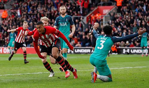 Valery gỡ hòa cho Southampton. Ảnh:Reuters.