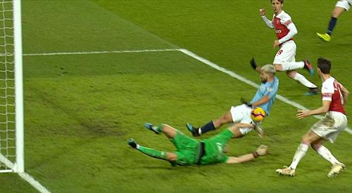 Bàn thắng của Aguero trong trận thắng Arsenal 3-1 tháng trước sẽ không được công nhận, theo luật mới, do bóng vô tình chạm tay tiền đạo này.