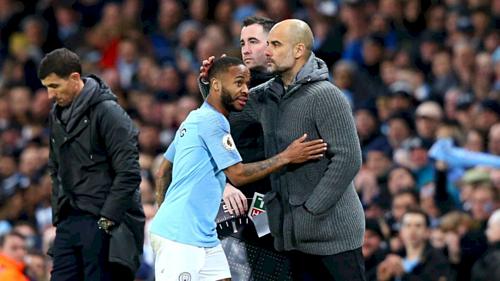 HLV Guardiola và Sterling. Ảnh:AFP.