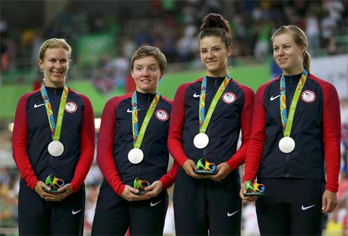 Kelly Catlin (thứ hai từ trái sang) tại Olympic Rio 2016. Ảnh: Reuters.