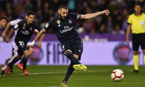 Benzema giúp đội khách vượt lên. Ảnh: Reuters
