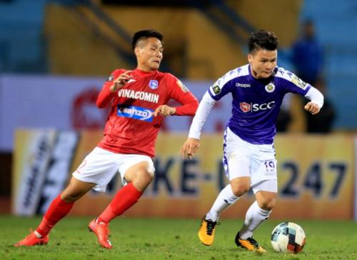 Sau những chiến tích lớn ở các giải đấu quốc tê, Quang Hải (áo xanh) và nhiều tuyển thủ quốc gia khác chưa thể hiện được nhiều khi trở về với V-League. Ảnh: VPF.