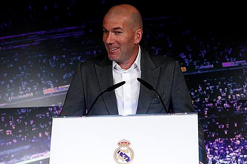 Zidane trong cuộc họp báo, công bố quyết định trở lại Real.
