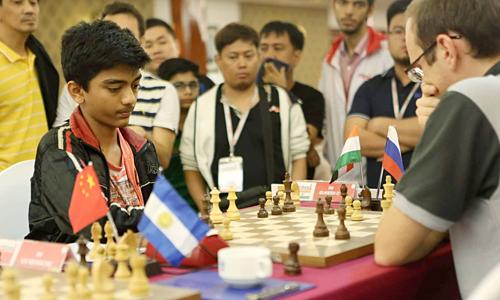 Hơn chục kỳ thủ đứng xem Gukesh ngược dòng trước Demchenko.